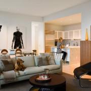 Разная по стилю мебель в зонах помещения