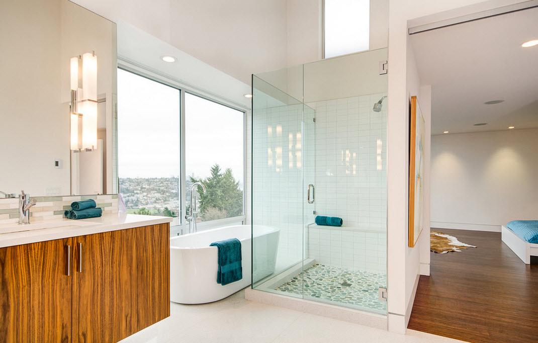 Бирюзовое полотенце на краю ванны