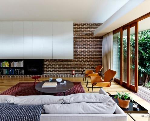 Мебель гостиной незатейлива конструктивно, в большей своей части представляет встроенную модель