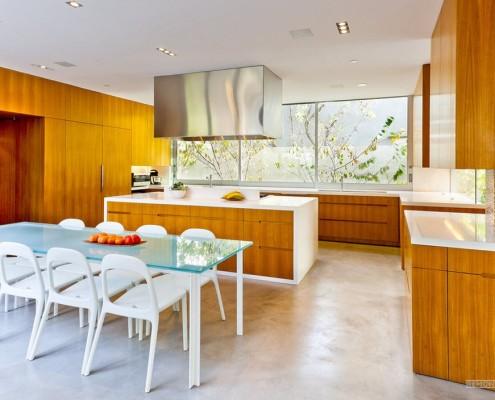 Сочетание белого и коричневого в кухонной мебели