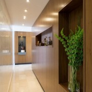 Отделка стен деревом в коридоре