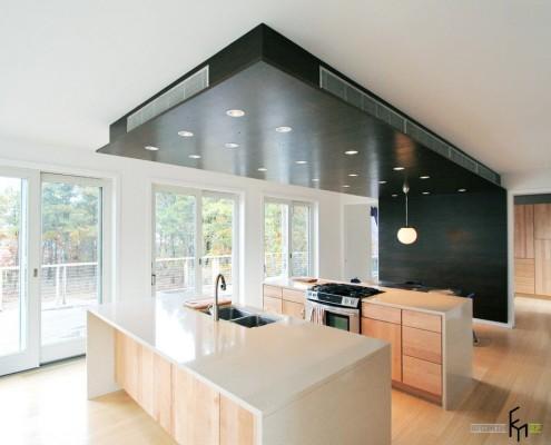 Черная потолочная конструкция в кухне