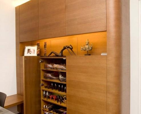 Открытая дверь в шкафу с обувью