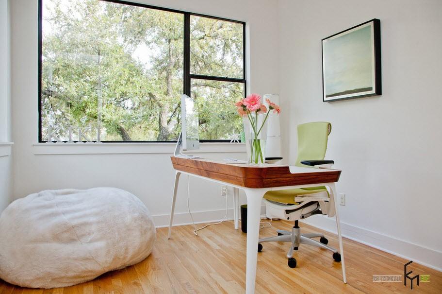 Белое кресло-мешок напротив стола