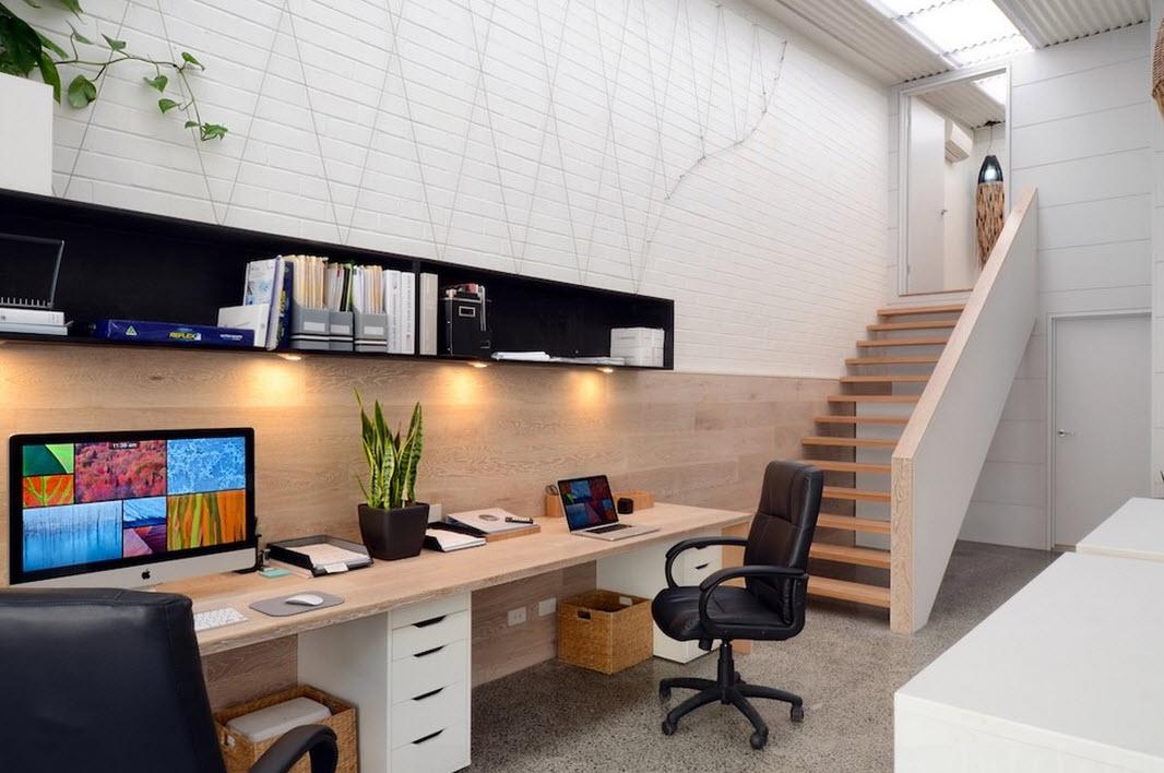 Длинный письменный стол в кабинете