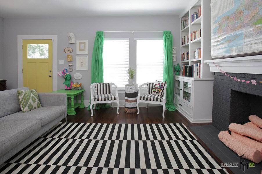 Комната с яркими шторами