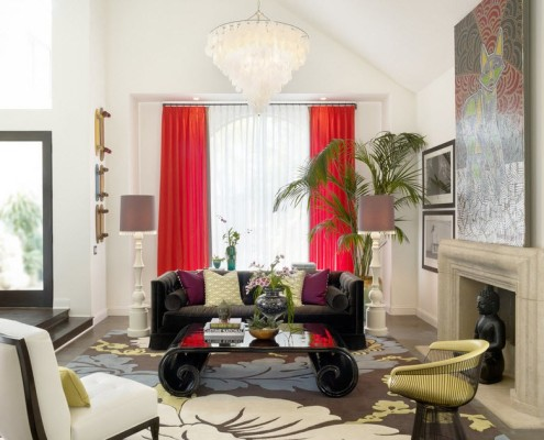 красные шторы за черным диваном