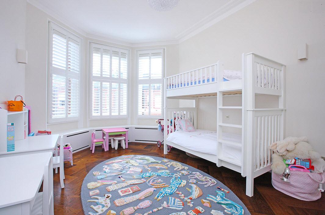 Белая двухъярусная кровать розовый столик у окна