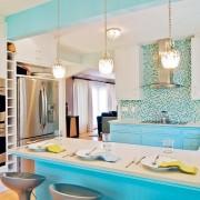 Голубой цвет - основной акцент на кухне