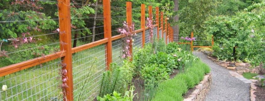 Комбинированный забор на участке