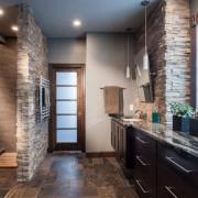 Стены в ванной, декорированы камнем