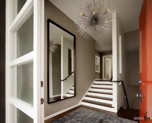 Зеркало в коричневой раме рядом с лестницей