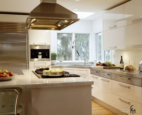 Угловое окно на белой кухне