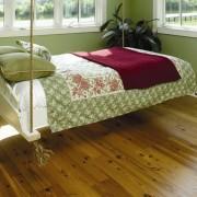 подвесная кровать в зеленой комнате