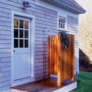 Дверь и окно в доме в одном стиле