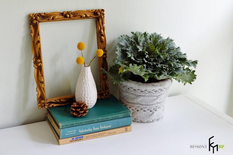 Вязаное кашпо рядом с 3 книгами