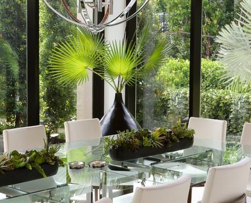 Присутствие в мебели таких материалов, как металл, стекло, придает ей современный вид