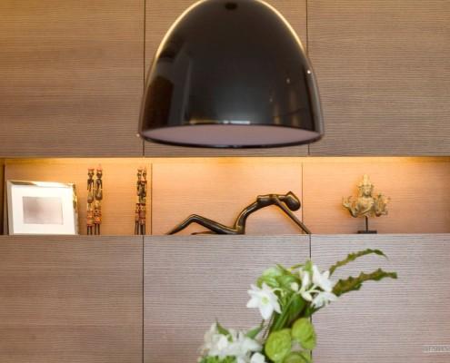 Черный подвесной абажур над столом