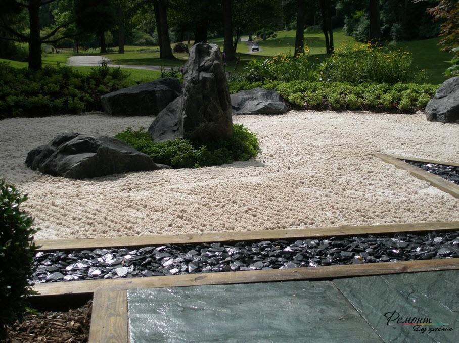 Черные камни в саду