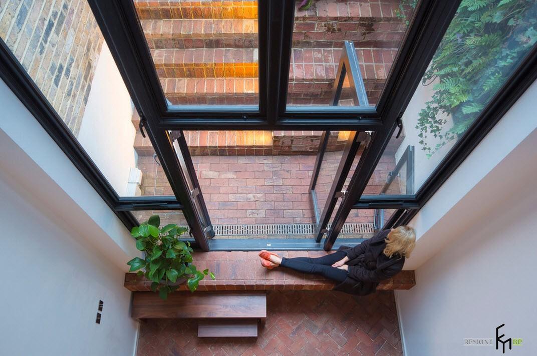 Большое панорамное окно в качестве выхода на террасу