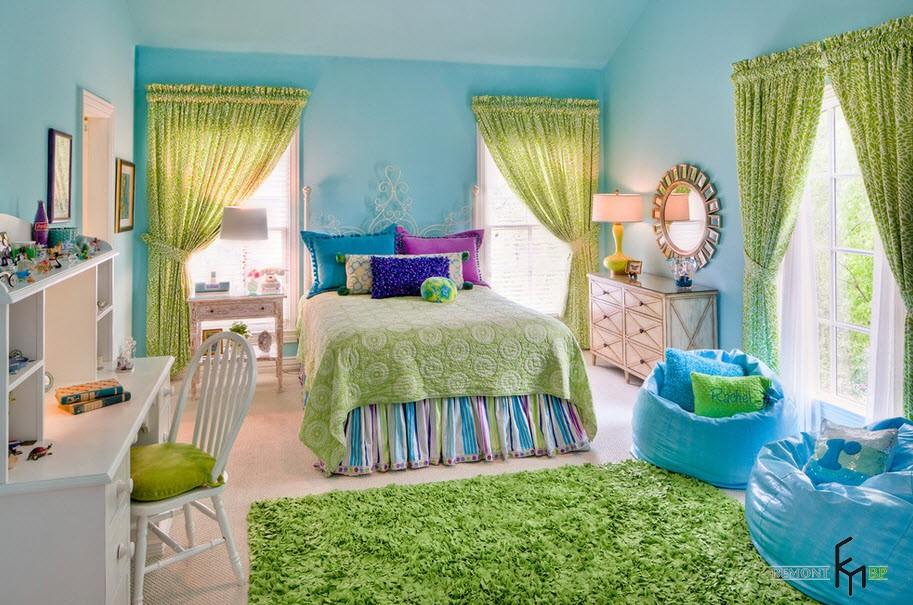 Два бирюзовых кресла в зеленой детской спальне