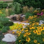 Для создания цветников, а также тропинок используется любой природный материал