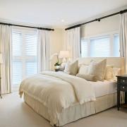 Эффектный интерьер спальни с белыми шторами