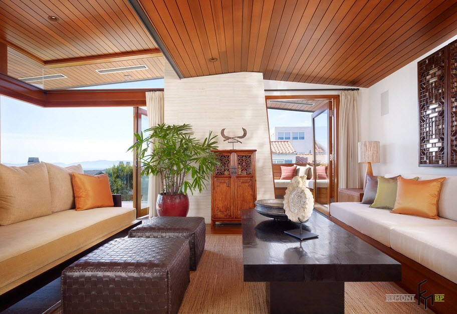 Интерьер с деревянным потолком