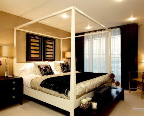 Белый каркас над кроватью