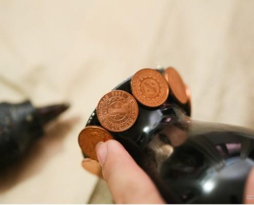 Монетки, наклееннные на горлышко азы