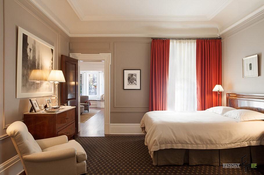 Карминные шторы в бежевом интерьере спальни