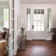 Сочетание темного пола и светлой двери