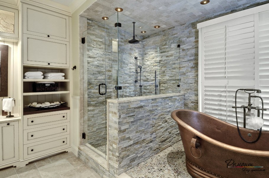 Красивый интерьер с зоной душевой кабины, декорированной светлым камнем