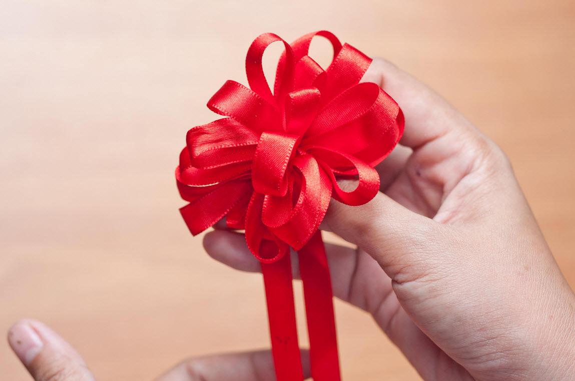 Как сделать бантик из ленты для украшения подарка своими руками