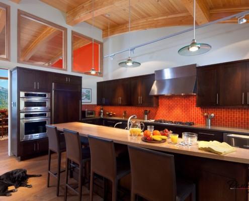 Яркий фартук рабочей зоны в интерьере стильной кухни