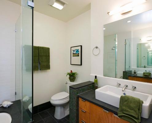 Белая окрашенная стена в ванной