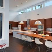 Кухня с двумя люстрами