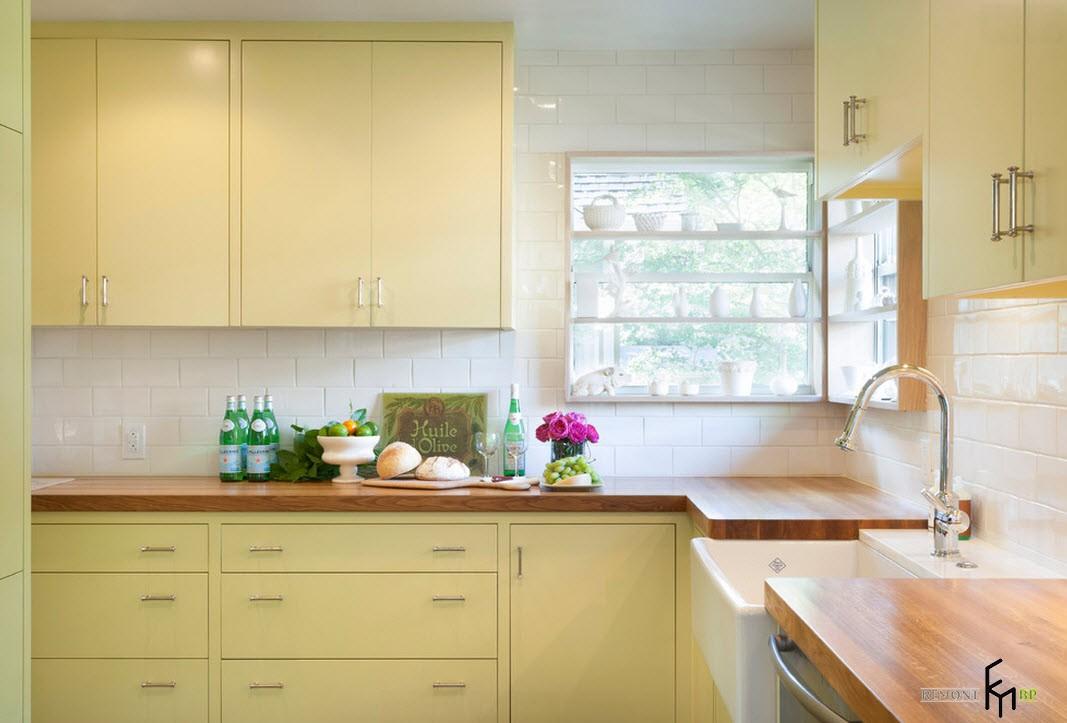 цилиндрические светильники возле углового окна на кухне