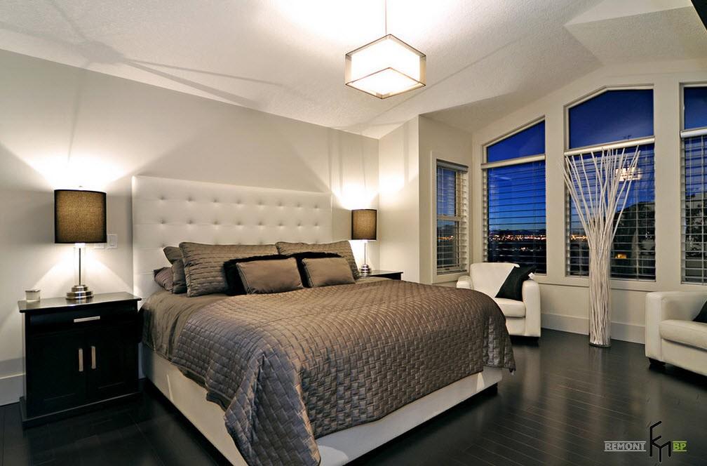 Квадратный светильник в спальне