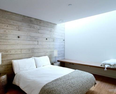 Деревянная стена в интерьере спальни