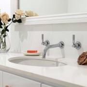 Красивая, уютная, просторная ванная, где все расположено с рациональностью и практичностью – мечта любого из нас. В крупногабаритных ванных организовать места для хранения необходимых принадлежностей не составляет труда и не требует особой изобретательности. А вот при обустройстве малогабаритных ванных комнат очень часто приходится решать проблему с нехваткой свободного пространства для размещения полок, шкафов, комодов. Однако, проявив творческую фантазию, прислушавшись к советам дизайнеров и строителей, можно преобразовать ванную в оригинальную комнату: Фото № 7 Существует множество способов оборудовать в ванной комнате специальные места под хранение предметов. При правильной организации пространства можно компактно разместить множество полезных и нужных вещей. ТРАДИЦИОННЫЕ СПОСОБЫ ОБОРУДОВАНИЯ ХРАНИЛИЩ Проще всего подобрать уже готовые умывальники с тумбами. Но не всегда конструкция сантехнических труб и шлангов, планировка помещения позволяет использовать стандартную мебель, поэтому чаще всего жильцам приходится заниматься индивидуальными проектами системы хранения. Самый простой вариант – сконструировать модульные полки из нескольких ящиков кубической формы. Такой вариант наименее затратный и вполне доступен каждому: Фото № 1 Обычные стеллажи можно разнообразить полками различных размеров, конфигураций. Подобные открытые конструкции выглядят очень эффектно и необычно: Фото № 21 Наиболее популярным и традиционным местом, в котором можно расставить флаконы со средствами гигиены, коробки и пакеты с моющими средствами, полотенца и многое другое, - это пространство под умывальником: Фото № 35 Встроенные шкафчики с дверцами гармонично сочетаются с открытыми полками для хранения полотенец и других предметов: Фото № 6 Для большего удобства лучше расположить полки с полотенцами рядом с умывальником или душевой кабинкой: Фото № 5 ВЫДВИЖНЫЕ ЯЩИКИ Под раковиной легко расположить выдвижные ящики, разделенные внутри перегородками – это отличный вариант содержать в порядке вс