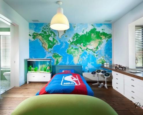 Покрывало NBA на кровати перед картой мира