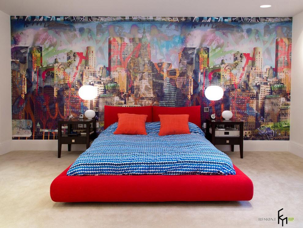 Яркие фотообои на стене спальни