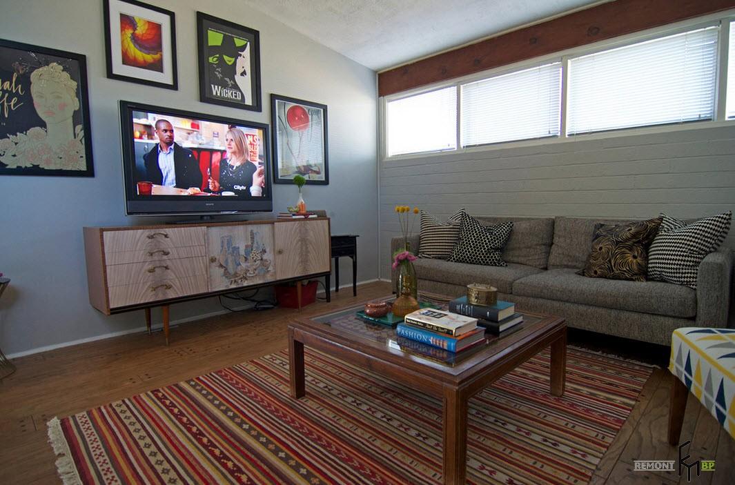 Телевизор среди картин