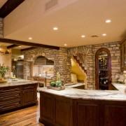 Каменные стены на кухне