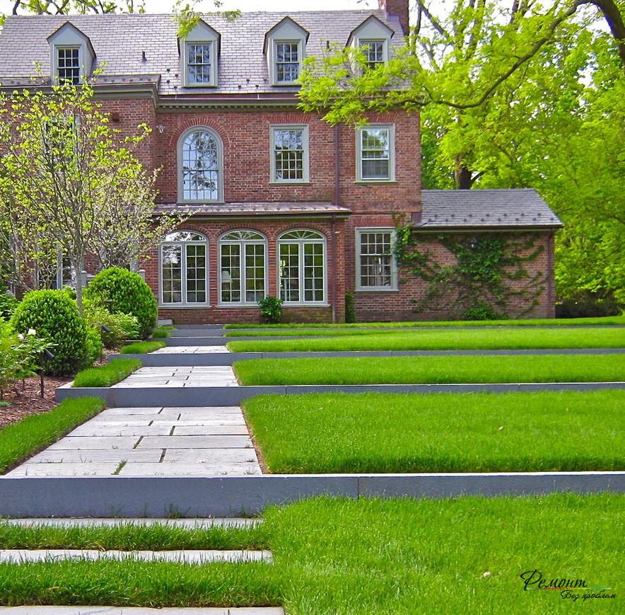 Яркий газон перез домом