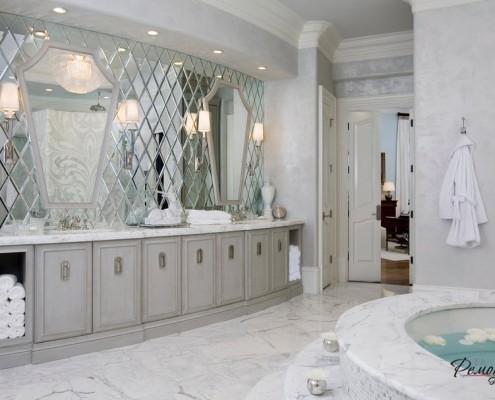 Зеркальная стена из ромбов в ванной