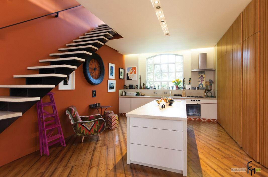 Кухня возле лестницы