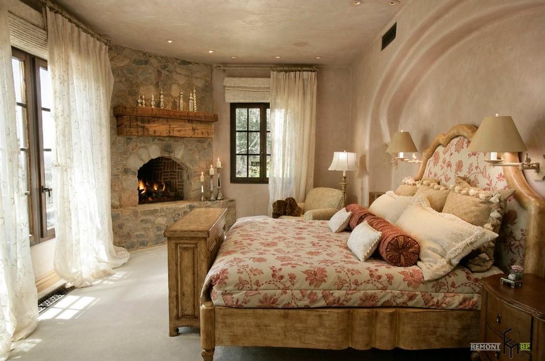 Камин в светлой спальне