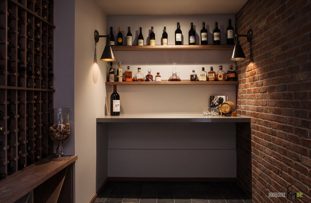 Небольшая кладовка превращена в уютное и функциональное помещение домашнего винного погреба
